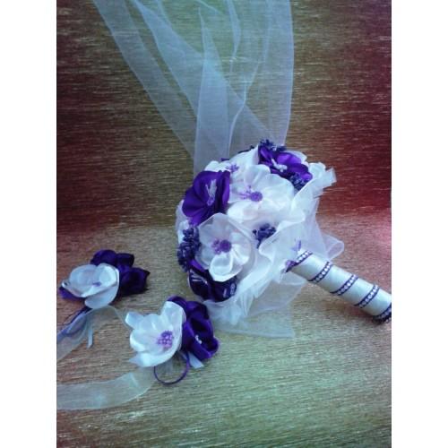 Сватбен букет в лилаво с бутониери
